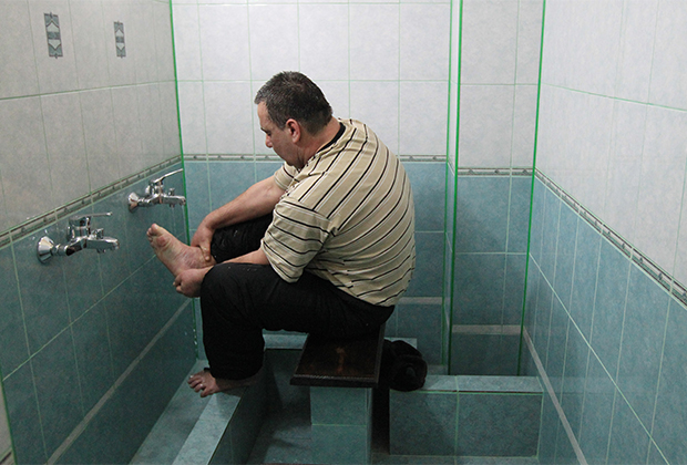 Подследственный мусульманин моет ноги перед молитвой
