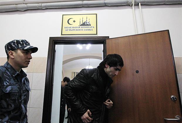 Подследственный мусульманин выходит из молельной комнаты Бутырского следственного изолятора
