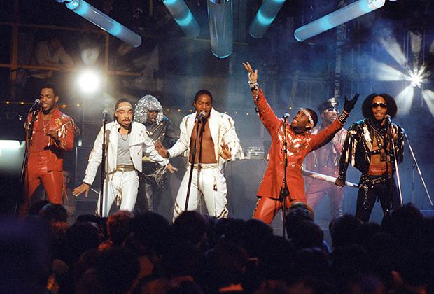 Сейчас в это трудно поверить, но перед нами одни из первых звезд хип-хопа —Grandmaster Flash & The Furious Five. В 1970-е годы огромное влияние на стиль оказывало диско, да и сам хип-хоп был куда более танцевальной музыкой.