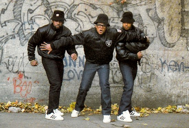Панамы Kangol и кроссовки Adidas Superstar без шнурков — классический «лук» культового хип-хоп-коллектива 1980-х Run-D.M.C. Но total-black позволить себе не могли даже они, так как представляли Нью-Йоркский район Квинс.