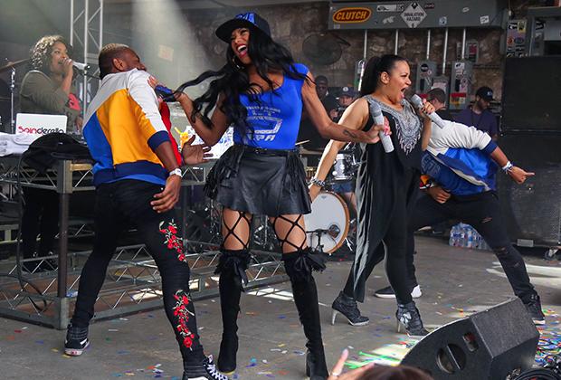 Группа Salt-N-Pepa на себе испытала всю эволюцию женского хип-хоп-стиля от объемных худи до достаточно откровенных и сексуальных нарядов.