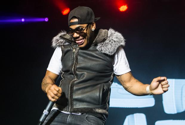 Еще одним адептом уличного стиля был Nelly, которого мы должны благодарить за первую волну популярности наклеенных на лицо пластырей. Исполнитель поранился, а фанаты решили, что это не «баг», а «фича».
