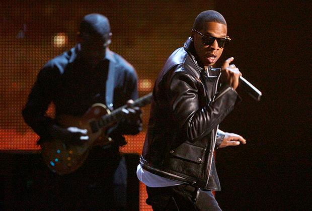 Так бы мог выглядеть рок, поп и даже кантри-музыкант, но это один из крестных отцов современного хип-хопа Jay-Z. Ему без малого 50 лет, на его счету более 800 миллионов долларов США, и он может позволить себе любой внешний вид.