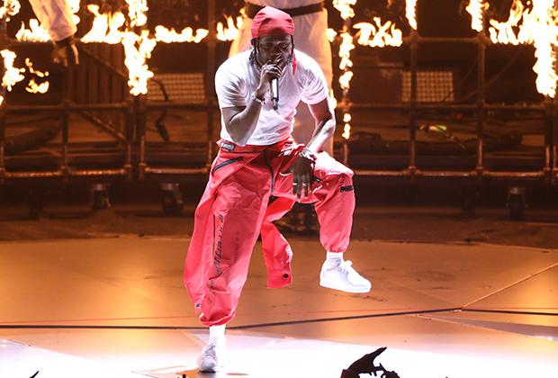 Кендрик Ламар — одна из суперзвезд современного хип-хопа. Его музыка берет одну «Грэмми» за другой, а его стиль становится предметом подражания. Ламар, как и многие другие рэперы новой волны, не боится экспериментов. Вы могли бы представить Тупака в розовом спортивном костюме?