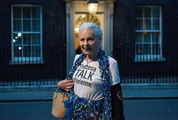 На торжественный прием, организованный премьер-министром Великобритании Терезой Мэй и председательницей Британского совета моды Натали Массене, Вивьен пришла в футболке Theresa Talk Vivienne.