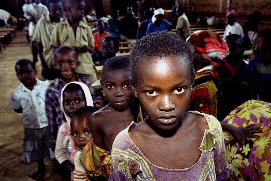 Тутси, прячущиеся от хуту в церкви в Кигали, стоят в очереди за едой