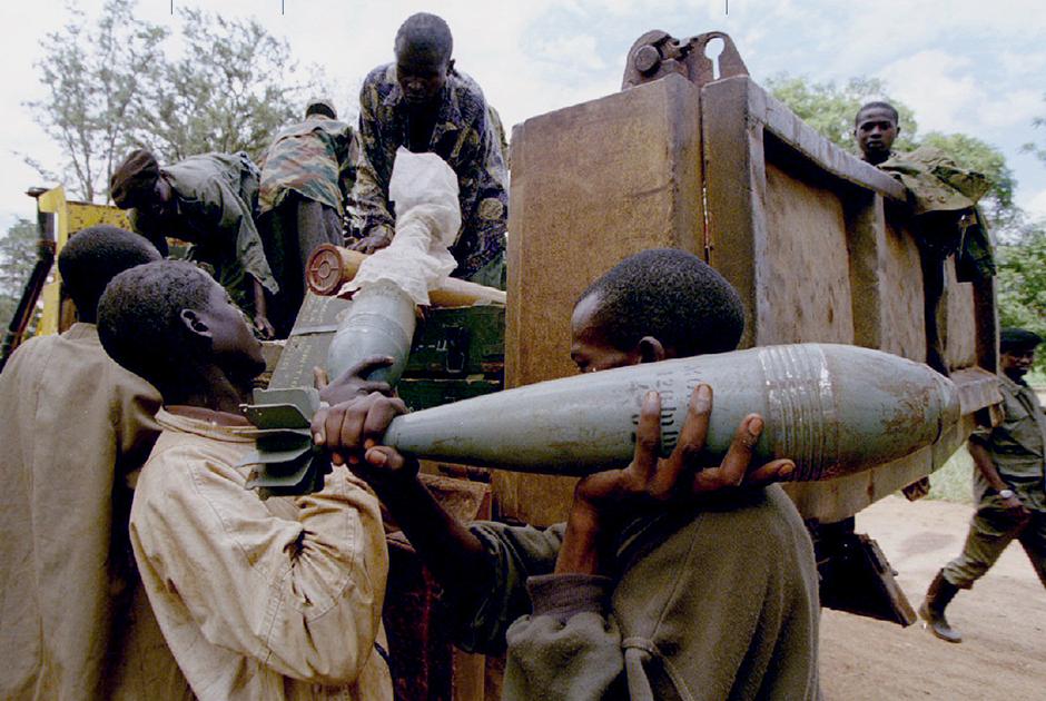 Члены Руандийского патриотического фронта загружают боеприпасы перед наступлением на правительственные позиции
