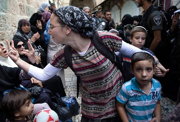 Израильские религиозные евреи-сионисты— кипа сруга («вязаные кипы») одеваются в обычную одежду, но мужчины и мальчики носят талит и вязаную кипу, замужние женщины — платки и длинные юбки