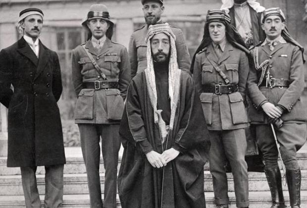 Принц Фейсал (в центре) и Лоуренс Аравийский (справа от него)