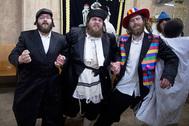 Ультраортодоксальные евреи-хасиды на празднике Пурим