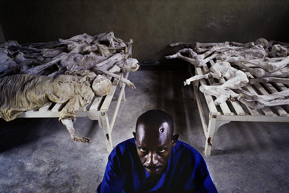 Мурангира Эмануэль потерял семью во время геноцида, но выжил сам. В мемориальном центре рядом с городом Гиконгоро