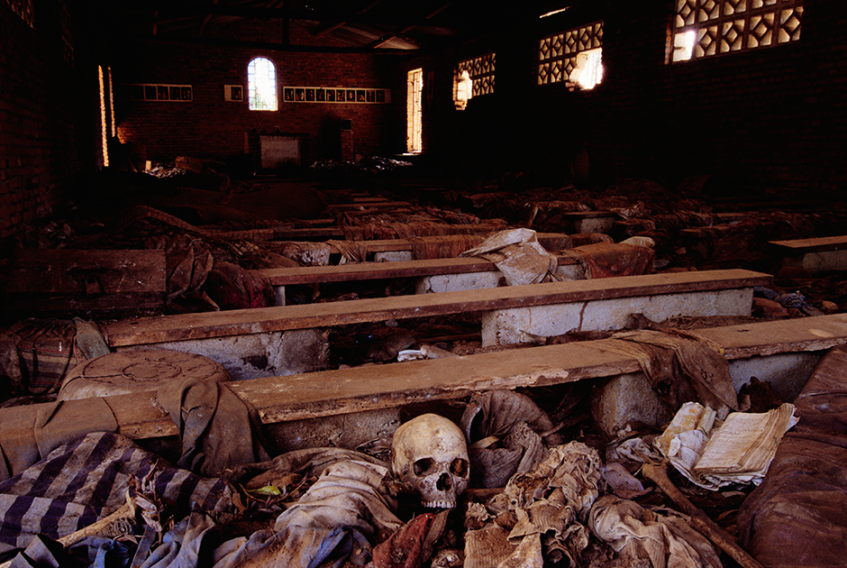 Вещи и кости убитых в церкви в Нямате