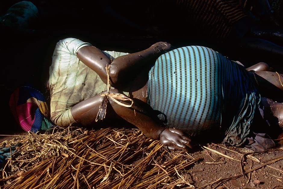 Тело убитой женщины из народа тутси
