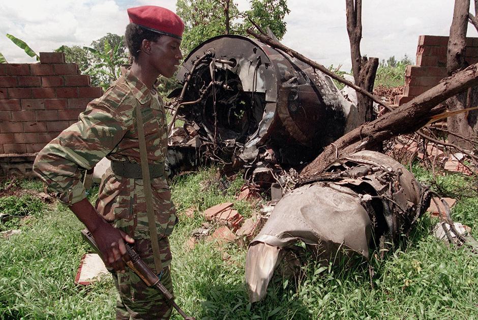 Части сбитого самолета, на котором летели президенты Руанды и Бурунди