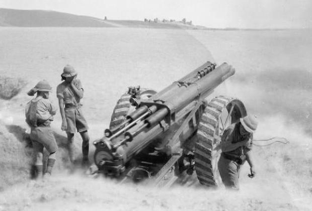 Британские солдаты ведут огонь из 60-фунтовой пушки в Месопотамии