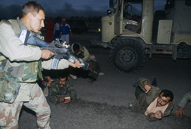 Американский солдат охраняет пленных