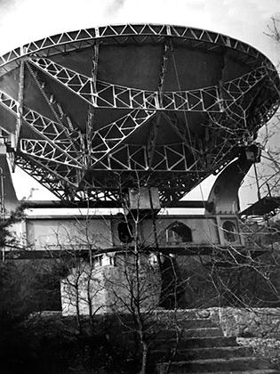 Параболический рефлектор диаметром 7,5 метра от трофейного радиолокатора «Большой Вюрцбург».