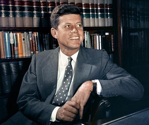 Джон Фицджеральд Кеннеди для миллионов людей был символом успешного мужчины. Всегда стильно одетый красавчик, муж одной из красивейших женщин планеты, сын миллионера и один из самых влиятельных людей в мире. Выстрелы в Далласе положили сказке конец.