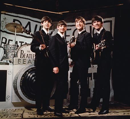 То, с какой скоростью раскручивался маховик революционных изменений в стиле, легко проследить на примере The Beatles. В конце десятилетия Леннон, Маккартни, Старр и Харрисон выглядели, как настоящие хиппари, а в начале — как прилежные юноши в застегнутых на все пуговицы пиджаках и узких брюках.