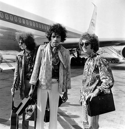 Растрепанные волосы, усы, шейный платок, цветастая куртка, узкие белые брюки — Джимми Хендрикс создал ни на кого не похожий образ, впоследствии вдохновлявший целое поколение афроамериканцев.