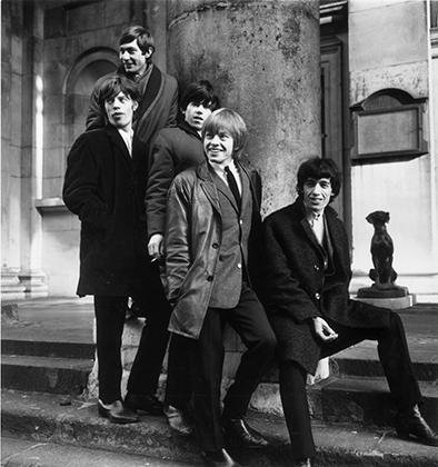 В 1964 году Rolling Stones одевались в типично нео-эдвардианском стиле: короткие твидовые пиджаки, тонкие брюки, узкие галстуки. Слева-направо: Чарли Уоттс, Мик Джаггер, Кит Ричардс, Брайан Джонс и Билл Уаймен.