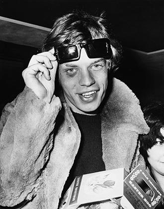 Джаггер демонстрирует фотографам фингал, который он получил во время концертного тура по Франции. Фото сделано на автограф-сессии в Лондонском аэропорту 6 апреля 1966 года.