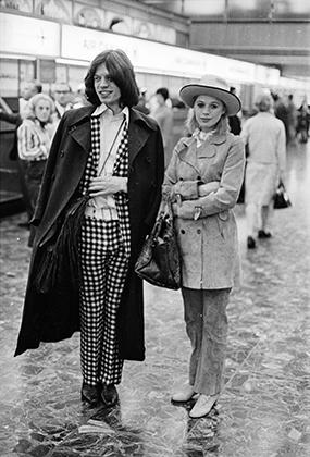 Мик Джаггер и его подруга в то время Марианна Фэйтфулл в аэропорту Лондона в 1969 году.
