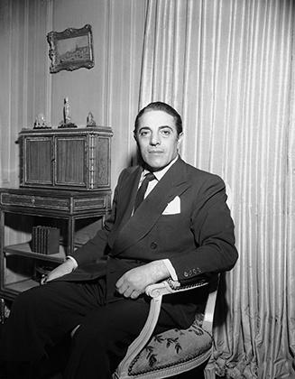 Тонкий галстук, платок в нагрудном кармане, двубортный пиджак темного цвета —   именно так полагалось выглядеть по-настоящему успешному европейскому мужчине в 50-е годы.