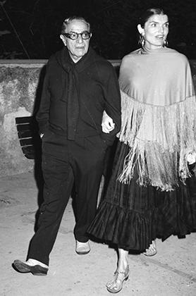 Аристотель Онассис и его жена Жаклин в начале 70-х. Total-black греческий миллиардер разнообразил белыми мокасинами.