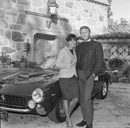 Спортивные автомобили — едва ли не главная страсть Стива Маккуина. Эта фотография сделана возле его дома в Лос-Анджелесе в 1965 году. Стив и его жена Нейл стоят возле Ferrari 250 GT.