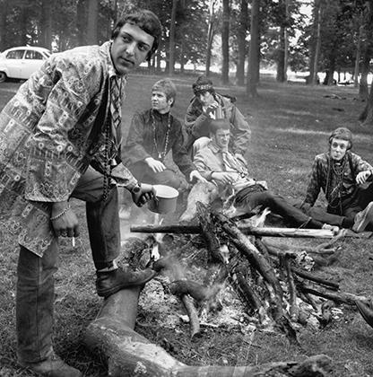 Группа молодых хиппи остановилась перекусить по пути на love-in — слет, объединенный любовью ко всему и к каждому. Фото сделано в 1967 году.
