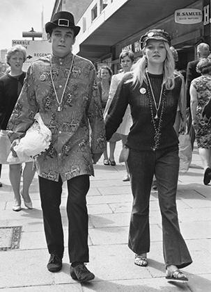 Рубашка навыпуск, украшение поверх нее и шляпа — европейские хиппи зачастую одевались куда скромнее своих американских товарищей.