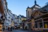 Одна из главных улиц Карловых Вар — Лазенска. Название улицы происходит от слова «лазни» не случайно, здесь располагается наибольшее количество минеральных источников курорта.