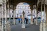 Ажурная Садовая Колоннада выглядит легкой и невесомой, хотя отлита из чугуна. Она была построена в конце XIX века по проекту известных венских архитекторов Фельнера и Гельмера.