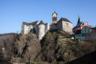 Замок рыцарских времен Локет. Он находится в одноименном маленьком городе в 12 километрах от Карловых Вар. В замке можно посмотреть музей оружия, старинный зал бракосочетаний и церемоний, а также подвал с камерой пыток.
