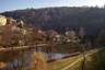 Вид на набережную города Локет. Название связано с изгибом реки Огрже, на которой стоит город, — с высоты рельеф местности похож на локоть.