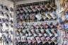 Ручки известных карлово-варских кружек выполняют еще и функцию коктейльной соломинки. Благодаря такой форме можно пить минеральную воду маленькими глотками и не бояться, что она попадет на зубную эмаль. Для туристов это сувенир, для приехавших на лечение — необходимый инвентарь.