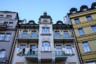 Фасад дома на улице Вржиделни, что в переводе с чешского означает Гейзерная. На ней расположен термальный источник в 73 градусов по Цельсию, бьющий в высоту до 14 метров.
