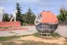 12 апреля 1961 года Гагарин приземлился в Саратовской области. Поле назвали Гагаринским и установили здесь мемориальный комплекс, включающий, в частности, бетонный памятник первому космонавту и спускаемый аппарат. <br><br> Правда, это не тот самый модуль, на котором приземлился Гагарин, и даже не аппарат серии «Восток». Местные жители рассказывают, что и реальное место приземления находится севернее мемориального комплекса.