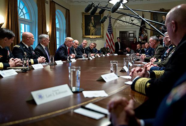 Президент США Дональд Трамп на брифинге в Белом доме