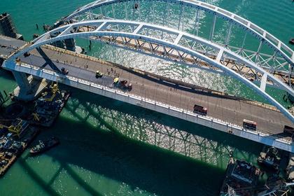На автодорожной арке Крымского моста началась укладка асфальтобетона