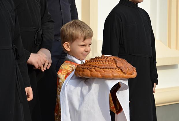 Внук настоятеля храма встречает высоких гостей