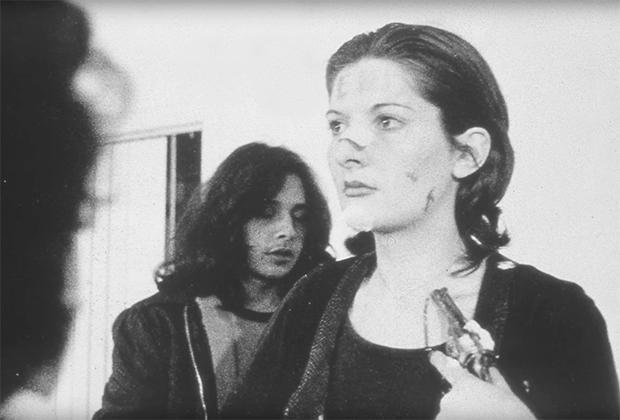 Марина Абрамович во время перформанса «Ритм 0», 1974 год