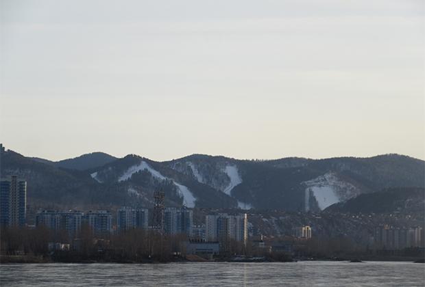 Красноярск расположен в котловине, укрытой от ветров северными отрогами Восточных Саян