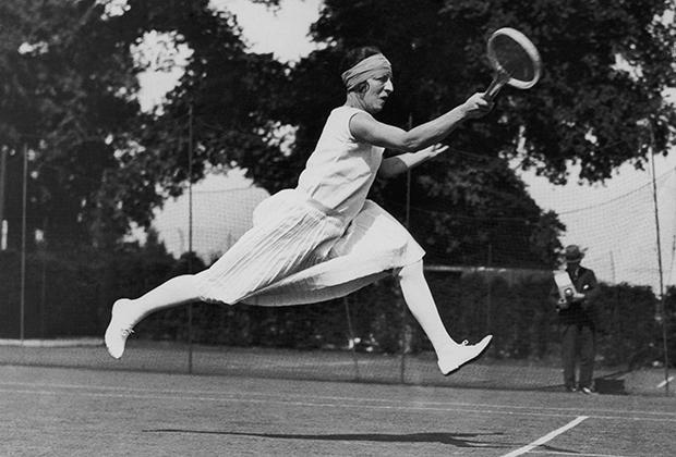 Француженка Сюзанн Ленглен доминировала в женском теннисе в 1920-е годы, параллельно переписывая правила теннисной моды. Укороченные юбки, майки без рукавов и налобные повязки стали ее фирменным стилем.