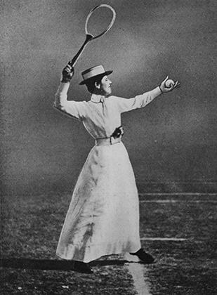 Строгий дресс-код действовал в теннисе вплоть до Первой мировой войны. На фото— Мюриэль Робб, победительница Уимблдона 1902 года в одиночном разряде, одетая согласно нормам того времени: белое платье в пол, шляпа, пояс и накладной воротник.