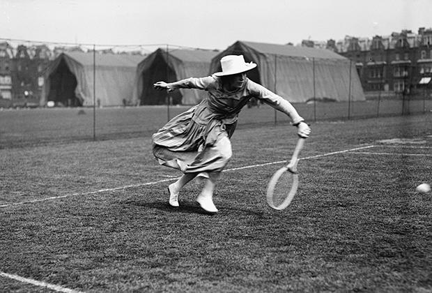 Несмотря на внешнюю массивность, платья начала века не сковывали движений, позволяя теннисисткам играть не только у задней линии. На фото 1918 года— мисс Мэй Тернер.