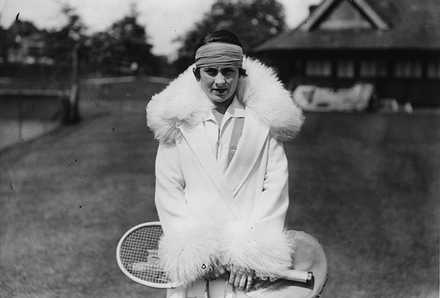 «Ревущие двадцатые» оставили свой след и в теннисном костюме. Испанка Лили де Альварес в украшенном мехом пальто сразу после победы в одиночном разряде турнира в Бекенхеме.