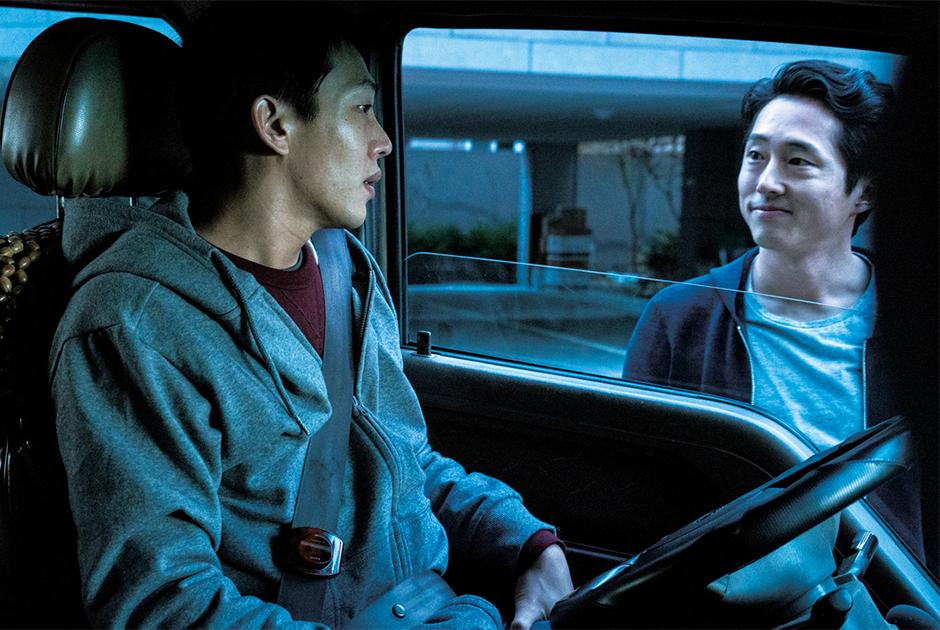 Ли Чан-дон — не самый раскрученный южнокорейский режиссер своего поколения (эта честь, пожалуй, принадлежит Паку Чан-уку и По Чжун-хо), но не будет преувеличением сказать, что именно он снимает самые ошеломительные, если не душераздирающие фильмы. Подтверждение — его прошлые работы «Поэзия» и «Тайное сияние». Первый за восемь лет фильм Ли «Пылающий» снят по рассказу японца Харуки Мураками о трех друзьях немного за двадцать, реальность которых начинает обретать сюрреальные оттенки после неожиданного признания одного из героев в причастности к поджогу.
