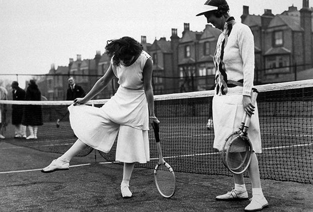 Кто сказал, что экспериментировать можно только с длиной? Лили де Альварес демонстрирует раздвоенную юбку во время турнира Северного Лондона в Хайбери.
